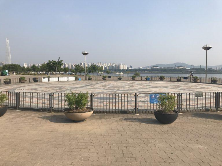 首爾自由行-韓國自由行-韓國旅遊-首爾景點-韓國機票-天氣好的時候還可以看到對岸的蠶室綜合運動場和樂天第一大廈