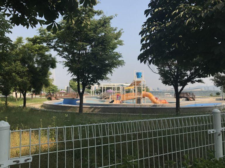 首爾自由行-韓國自由行-韓國旅遊-首爾景點-韓國機票-游泳池如水上樂園般有部分的遊玩設施
