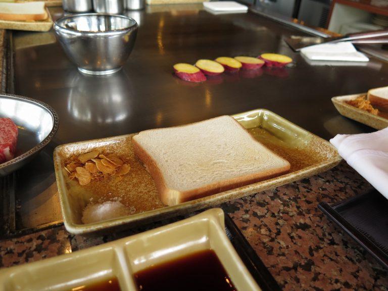 九州自由行-鹿兒島自由行-廚師為每人準備了一塊白麵包那是用來吸牛油的
