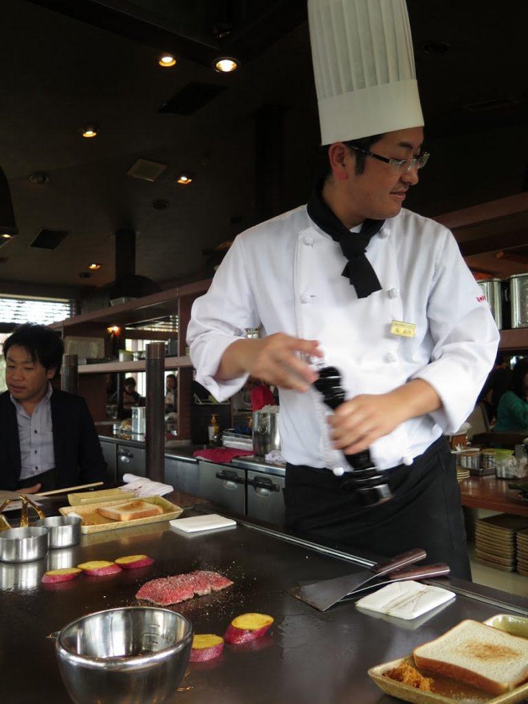 九州自由行-鹿兒島自由行-廚師用他純熟的技巧煎香牛扒的兩面