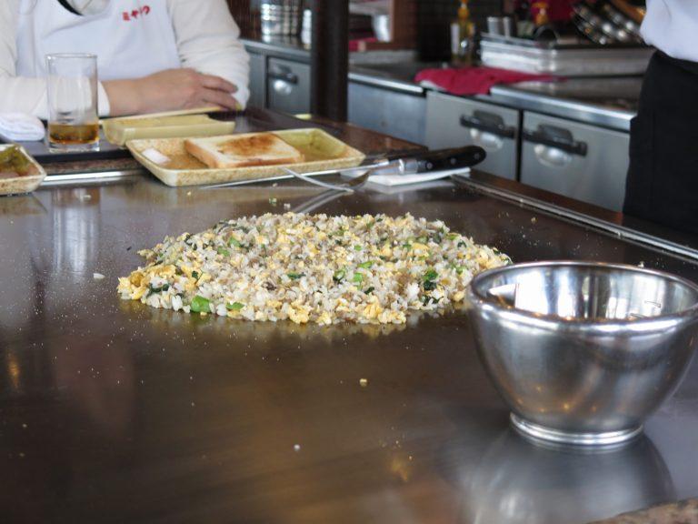 九州自由行-鹿兒島自由行-廚師把剛剛煎牛扒剩下的牛脂脂肪肉粒等作炒飯材料