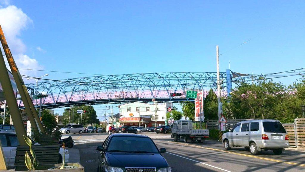 台中自由行-台中自由行-台中好去處-台灣自由行-一下車已經見到單車徑的高架橋是台灣首座單車專用的天橋啊