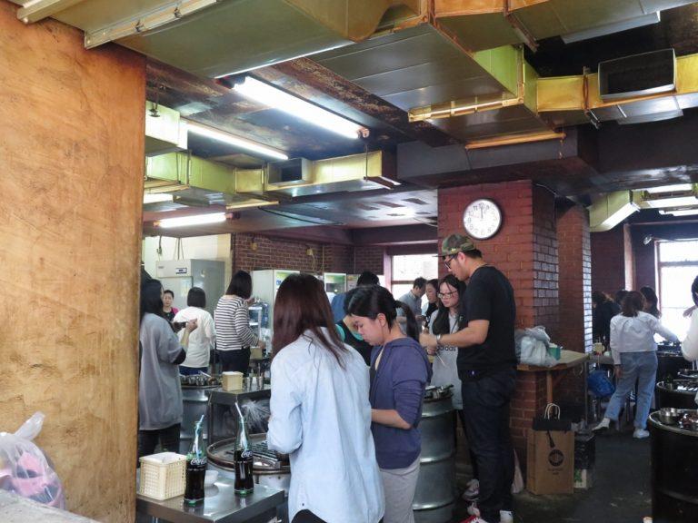 首爾自由行-韓國自由行-大家就圍著老油桶做成的烤爐站著吃