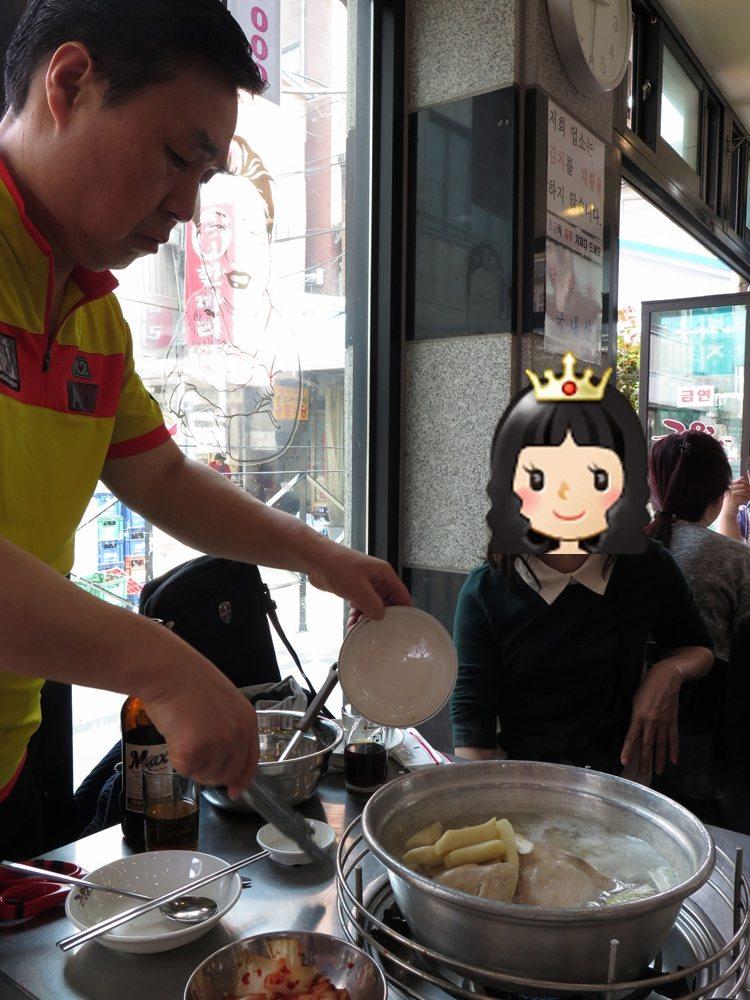 首爾自由行-韓國自由行-店員在旁邊一直幫忙先是落年糕大蒜
