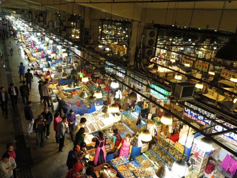 首爾自由行-韓國自由行-這裡有點像屯門三聖村都是自己先選擇海鮮再選餐廳烹調