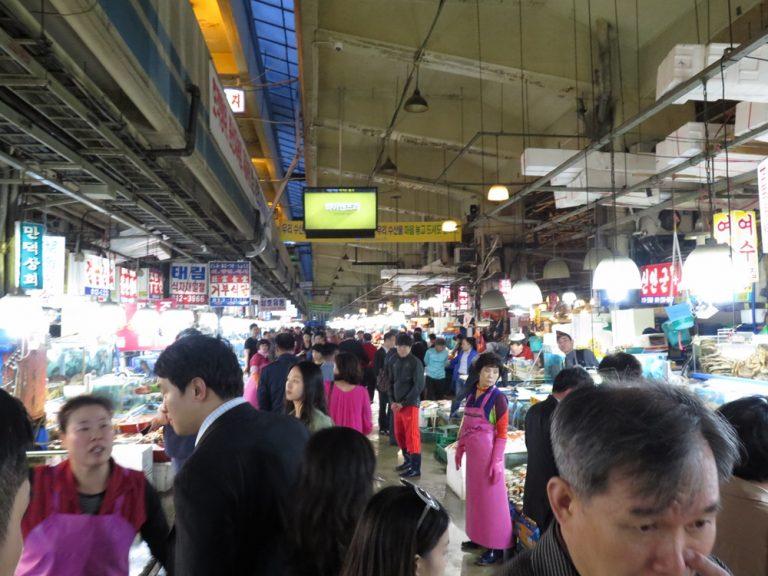 首爾自由行-韓國自由行-不少旅客當地民眾都在這邊買海鮮