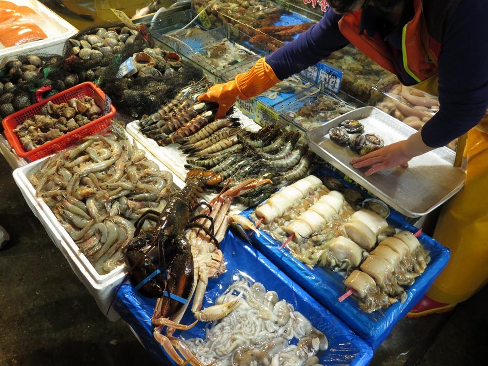 首爾自由行-韓國自由行-韓國友人帶我們到旁邊的小巷裡慢慢揀這裡海鮮的價錢較大巷裡的相宜