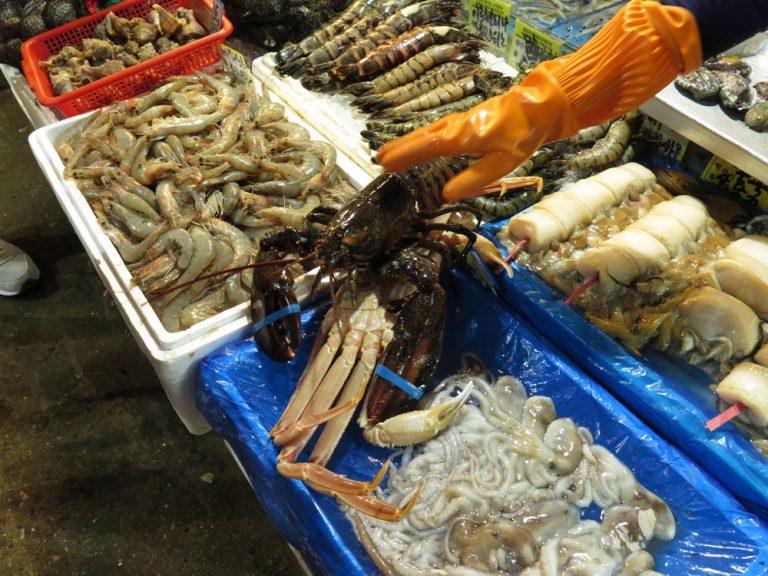 首爾自由行-韓國自由行-我們選了數款海鮮包括龍蝦(蝦尾作刺身,蝦頭放湯)三文魚(刺身及香煎兩食)鮑魚及主角長腳蟹