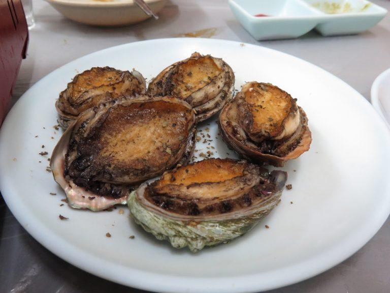 首爾自由行-韓國自由行-烤鮑魚略嫌有點過火但也吃得出它的鮮味而且相當有口感