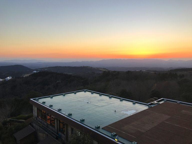 九州自由行-鹿兒島自由行-日本機加酒-旅行人山莊位於霧島的丸尾溫泉區的山頭位置