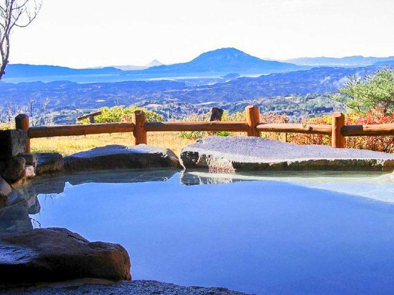 九州自由行-鹿兒島自由行-日本機加酒-早上溫度清涼在大浴場的露天風呂感覺剛好日光照射著遙遠的櫻島火山配合霧島的山嶽風景大自然的鬼斧真的很美旅館圖片