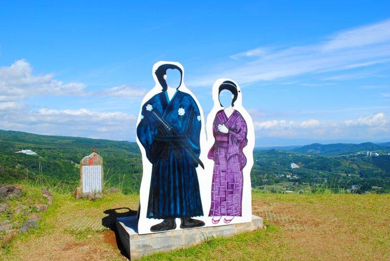 九州自由行-鹿兒島自由行-日本機加酒-到達山頂下車後看到坂本龍馬夫婦的人形立牌網絡圖片