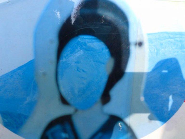 九州自由行-鹿兒島自由行-日本機加酒-還以為是一般把頭放進去拍照留念之物原來非也從某角度透過人形立牌往後面的山望過去就是一張人臉非常有趣
