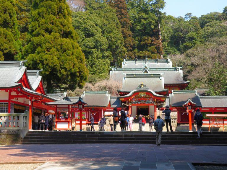 九州自由行-鹿兒島自由行-日本機加酒-霧島神宮朱紅色的主殿坐落在茂盛的樹林當中顯得格外有氣派