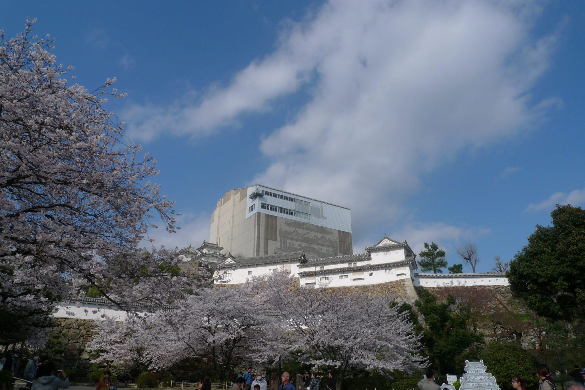 大阪自由行-大阪景點-大阪機加酒如果腳力有限,不能爬上六層高的天守閣可以選擇坐在公園裡欣賞