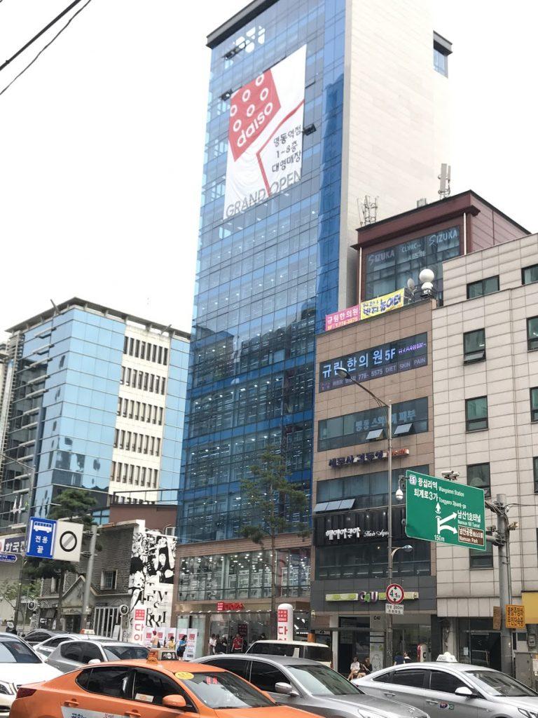 來首爾必到景點的4號線明洞站2號出口一直走3分鐘就是8層高的DAISO-首爾自由行-韓國自由行-韓國旅遊-首爾景點-韓國機票
