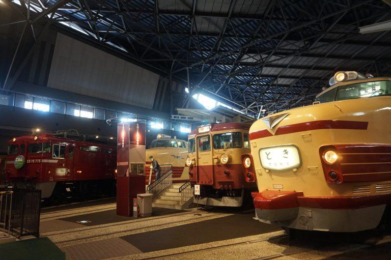 東京自由行-東京好去處-東京景點-親子旅遊好去處現場所見小朋友見到咁多火車表示興奮