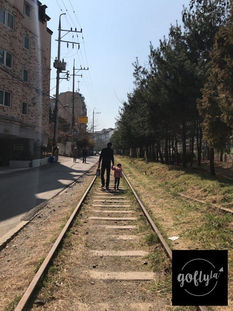 首爾九老航洞鐵路就在民居旁邊在這樣的路軌走過時別有一番風味-首爾自由行-韓國自由行-韓國旅遊-首爾景點