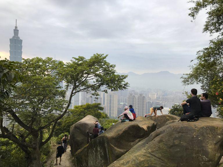 台北自由行-台北好去處-台北住宿-台灣自由行-機加酒-坐在後排的大石上,欣賞著台北市的景色,雖然天色不是晴朗,但都好好feel