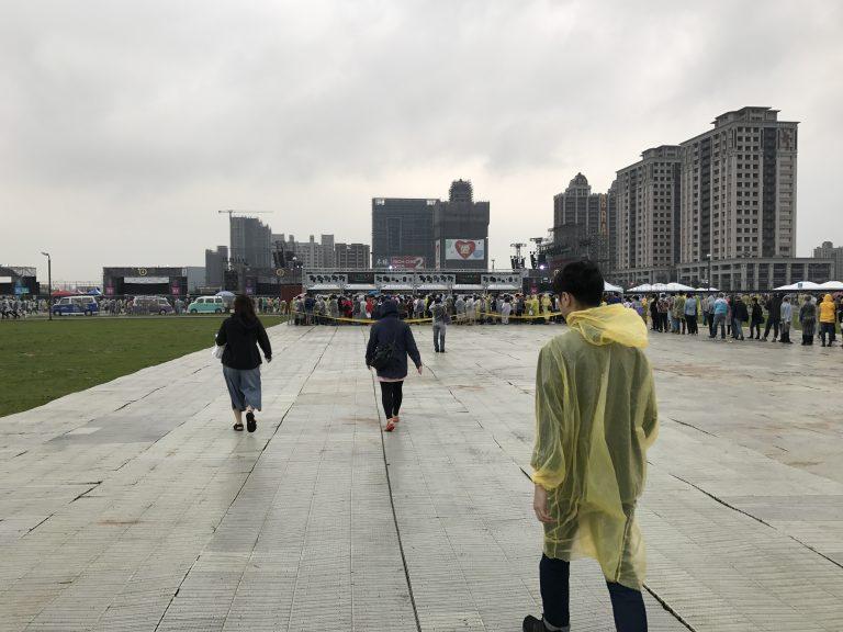 台北自由行-台北住宿-台北好去處-台灣自由行-黃色的雨衣像是帶著神秘,襯埋Coldplay首Yellow添呀