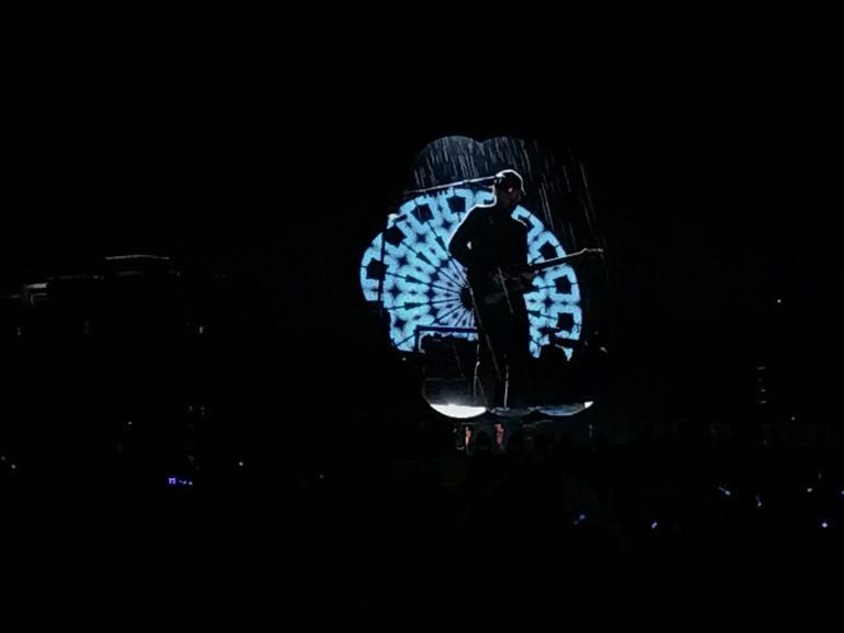 台北自由行-台北住宿-台北好去處-台灣自由行-現場雨勢忽大忽細,但無損Coldplay四子的雅興,保持一貫專業的演出