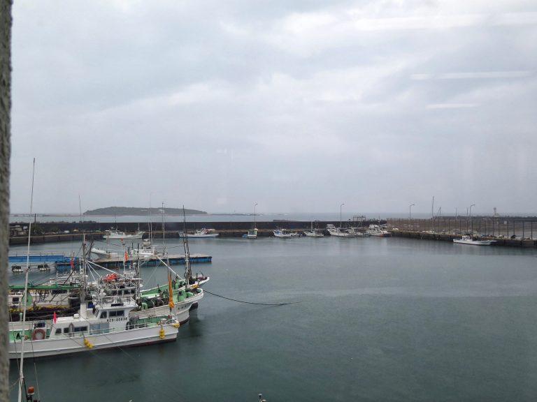 九州自由行-鹿兒島自由行-日本機加酒-福岡自由行-福岡景點-邊吃邊欣賞漁港的景色,圖中左方凸起的陸地就是青島神社了
