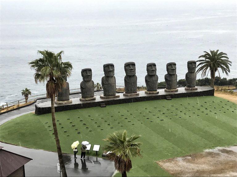 九州自由行-鹿兒島自由行-日本機加酒-福岡自由行-福岡景點-在博物館外遠眺摩艾石像