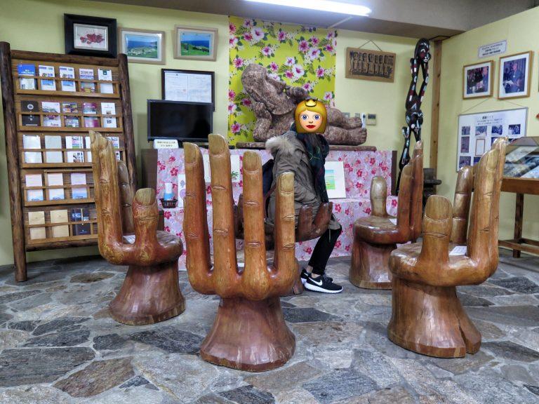 九州自由行-鹿兒島自由行-日本機加酒-福岡自由行-福岡景點-手信店外的摩艾手掌椅