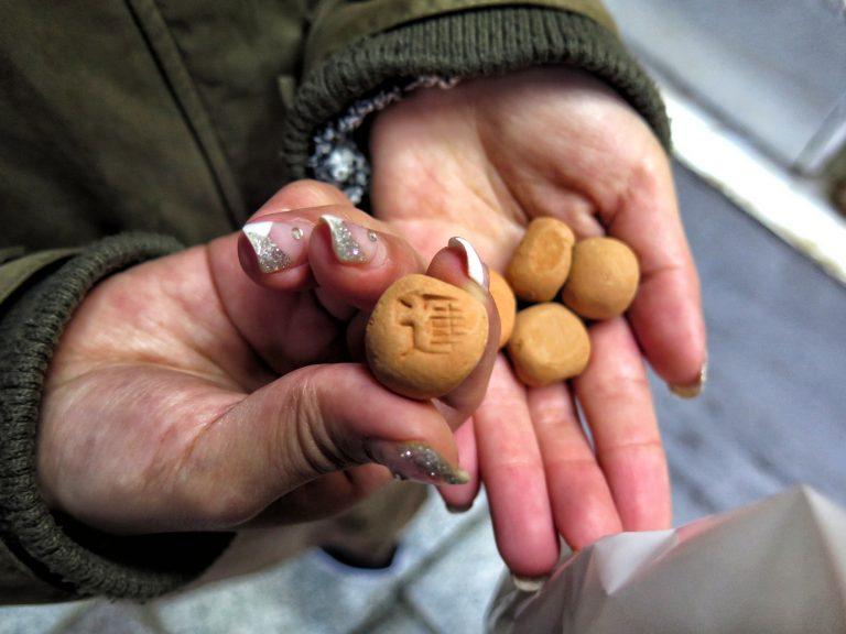 九州自由行-鹿兒島自由行-日本機加酒-福岡自由行-福岡景點-參拜過後,我們便買了幾粒運玉,到鵜戸神宮外投擲神龜