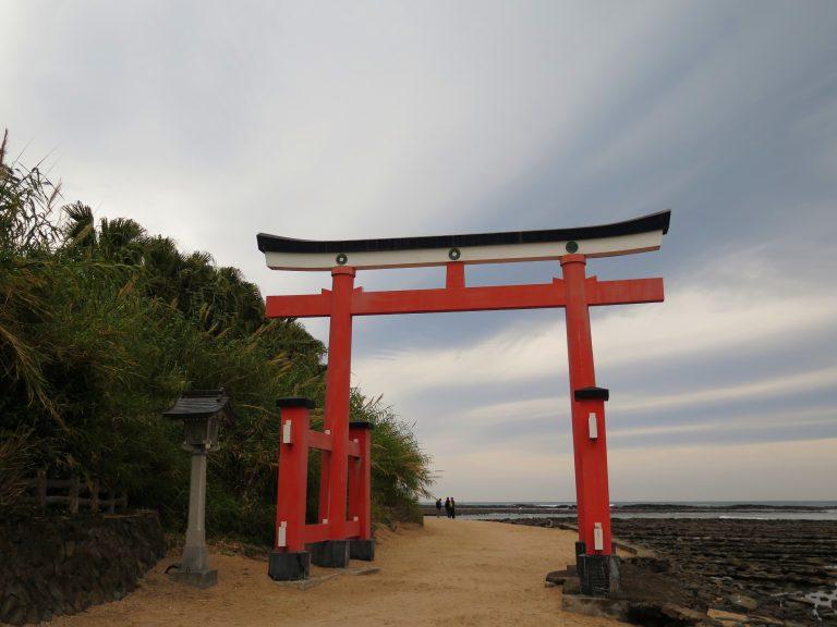 九州自由行-鹿兒島自由行-日本機加酒-走過鳥居後的小路,後方就是青島神社了