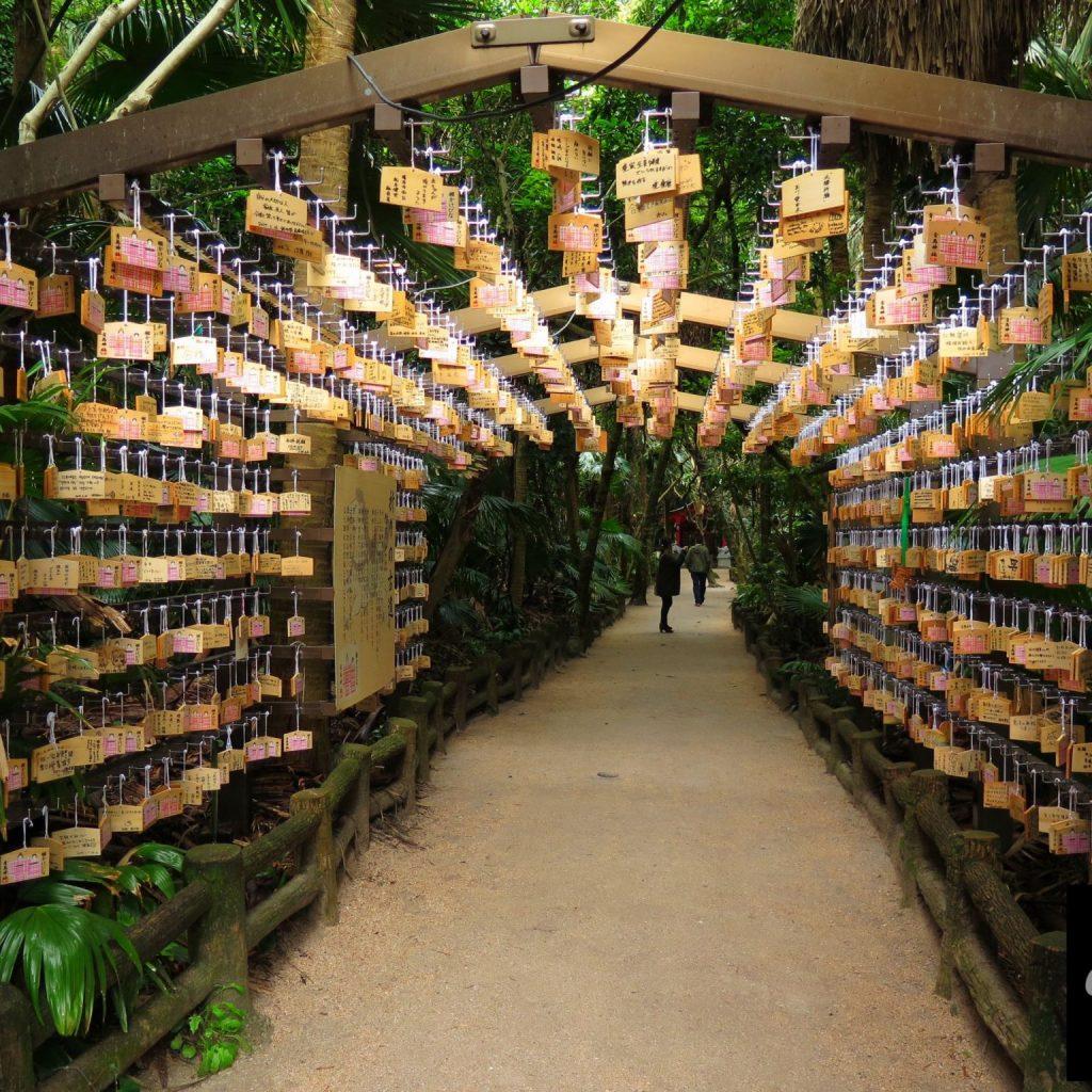 九州自由行-鹿兒島自由行-日本機加酒-通往島中央的隧道掛滿了祈福的繪馬
