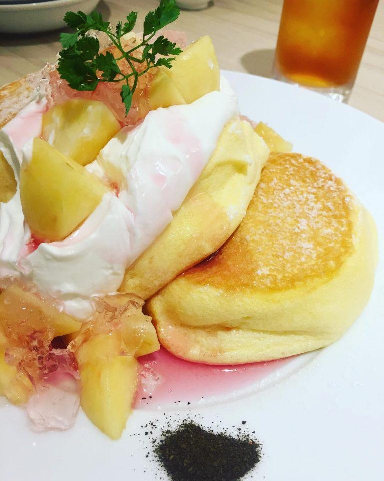 東京自由行-東京必去-東京景點-東京旅遊國產白桃玫瑰果Pancake(圖片來源:A Happy Pancake Instagram)