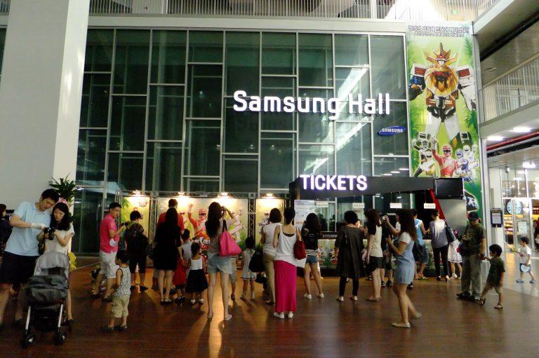 首爾自由行韓國自由行韓國旅遊首爾景點很多攜老扶幼的家庭衝著Samsung Hall的展覽而來