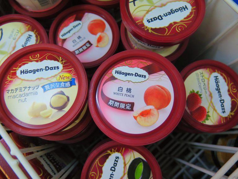 東京自由行-東京必去-東京景點-東京旅遊-暑假時分,當然要吃白桃雪糕,坐在湖邊邊吃雪糕、邊聊天,爽