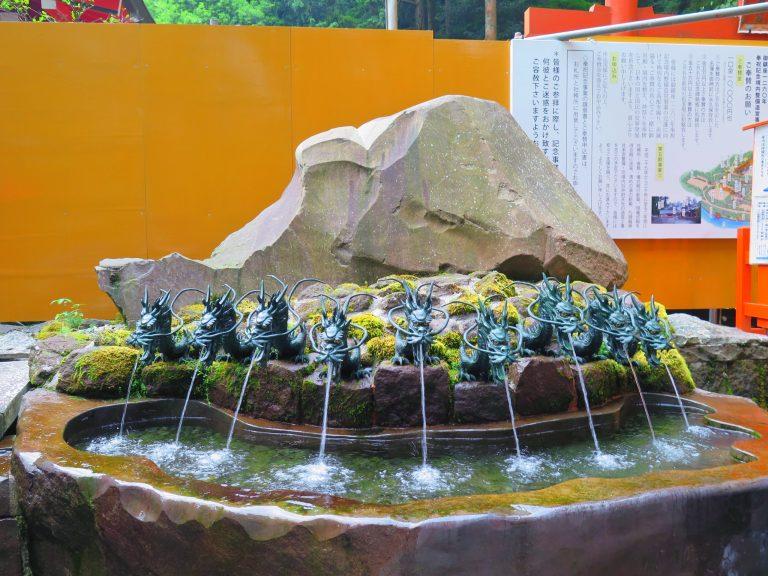 東京自由行-東京必去-東京景點-東京旅遊-箱根神社內有九頭龍分社,據說龍神是掌管水的神,對事業發展以及天賜良緣靈驗