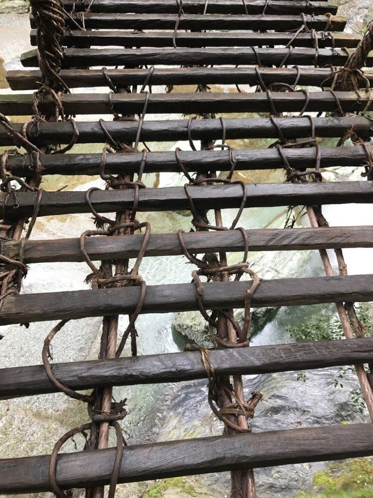 腳掌小的人行走這條蔓橋更危險隨時差錯腳