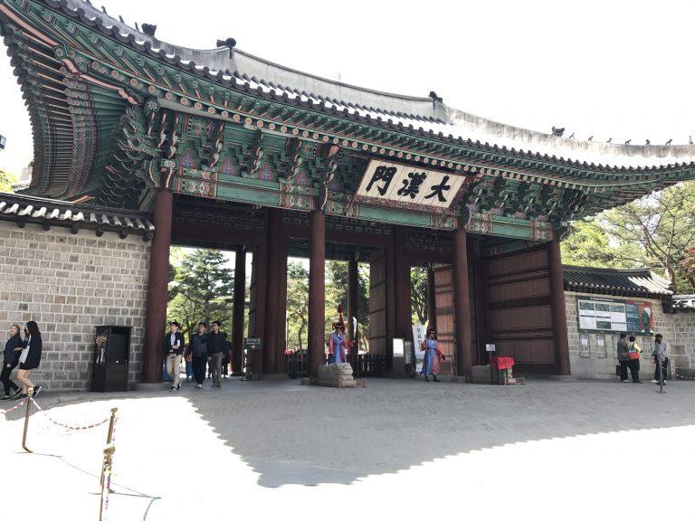 位於市廳站旁的昌德宮是秋天看紅葉的名所來韓國旅遊的朋友不妨到此賞葉-首爾自由行-韓國自由行-韓國旅遊-首爾景點-韓國機票