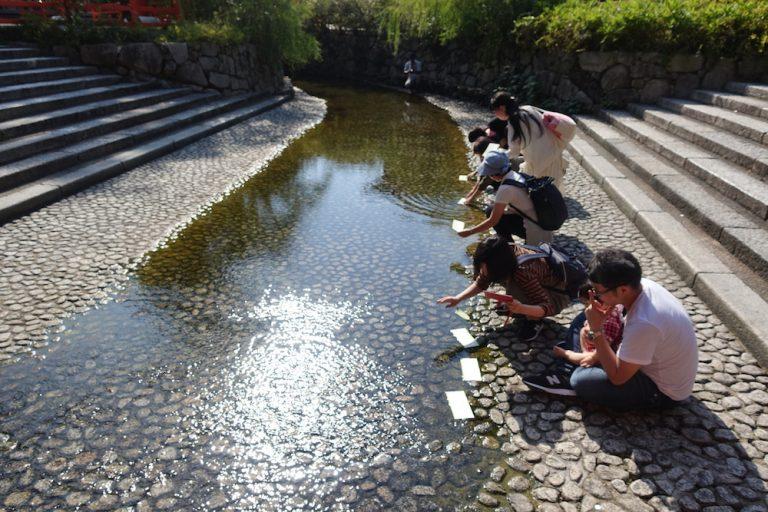 京都自由行-京都景點-將水籤放到河流裡