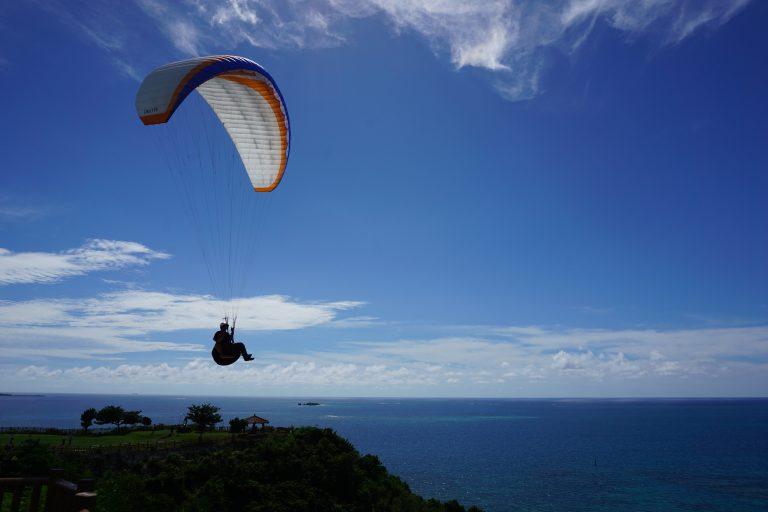 巧遇玩滑翔傘的大隻仔-沖繩自由行-沖繩旅遊-沖繩機票