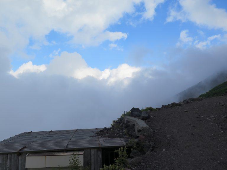 東京自由行-東京景點-東京旅遊-東京住宿-東京機票-走了不久已全是沙石路;漸漸我們已走近雲層