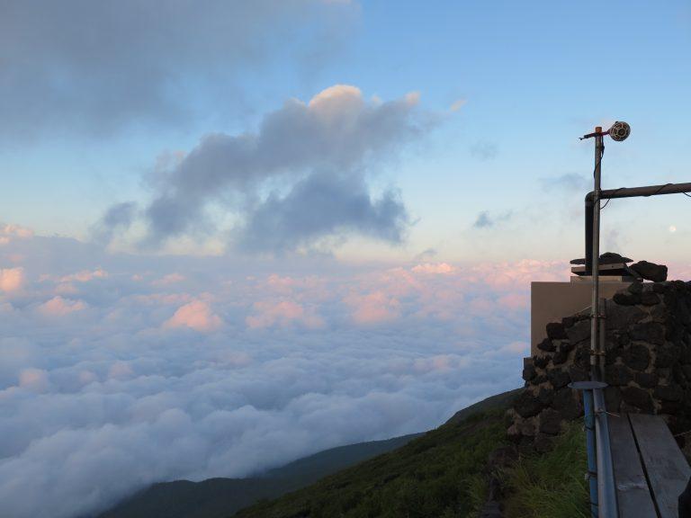 東京自由行-東京景點-東京旅遊-東京住宿-東京機票-看到雲上的粉紅色嗎?那代表開始日落了,但我們還有很長的路啊