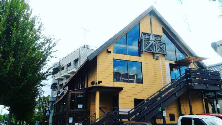 京都自由行-京都景點-京都住宿-大阪自由行-餐廳是一棟啡色小屋戶外也有座位