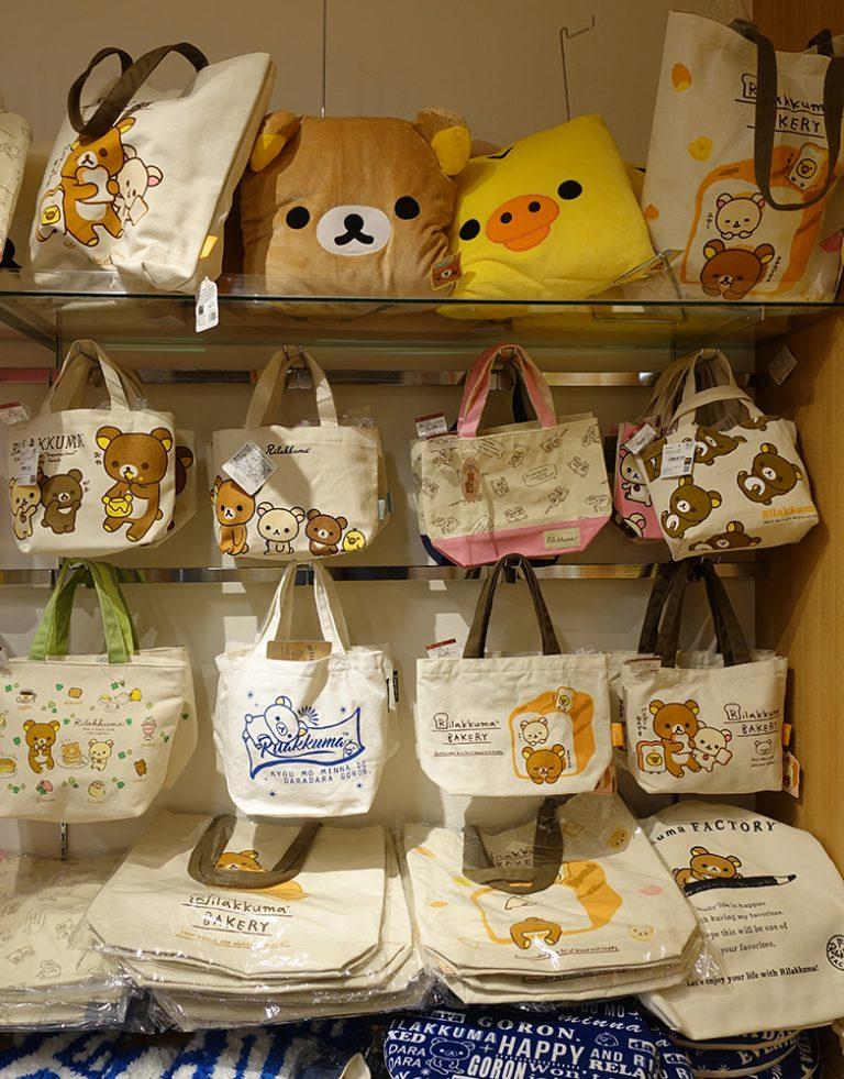 京都自由行-京都景點-印有不同鬆弛熊圖案的帆布袋