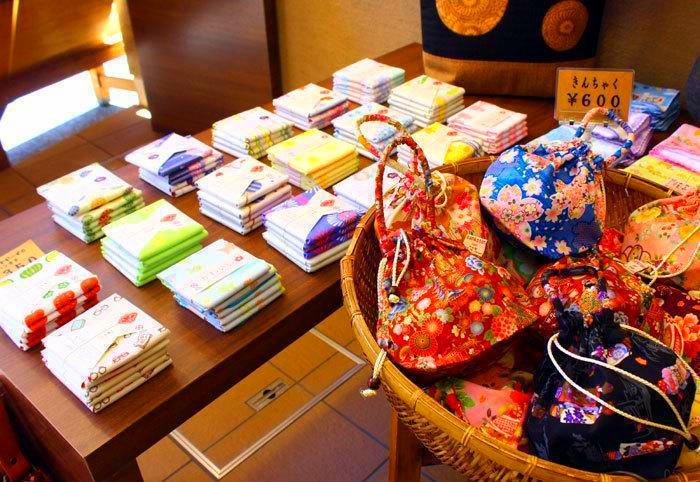 東京自由行-東京機票-東京旅遊-東京景點-東京住宿-東京必去-店內擺放著各式各樣亮麗繽紛的手拭巾