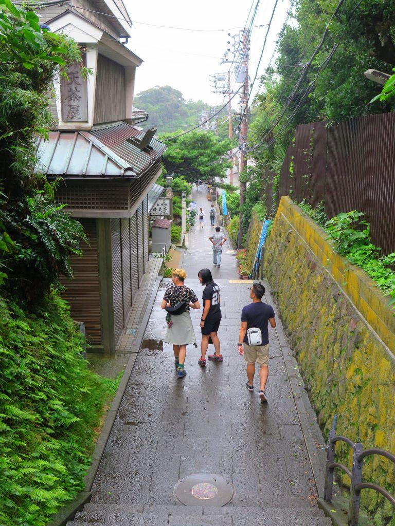 東京自由行-東京機票-東京旅遊-東京景點-東京住宿-東京必去-江之島的小街配上翠綠的樹木,兩個字:優美