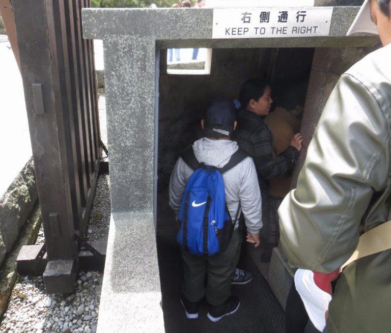 東京自由行-東京機票-東京旅遊-東京景點-東京住宿-東京必去-佛像的側邊設一小入口讓遊人進入大佛內部參觀
