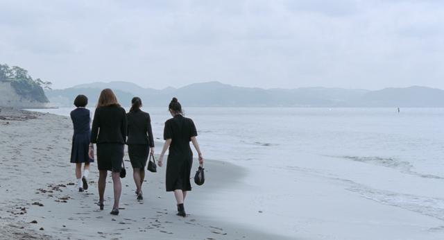 東京自由行-東京機票-東京旅遊-東京景點-東京住宿-東京必去-電影中四姊妹出席完喪禮後的場景都是在稲村崎沙灘拍攝啊