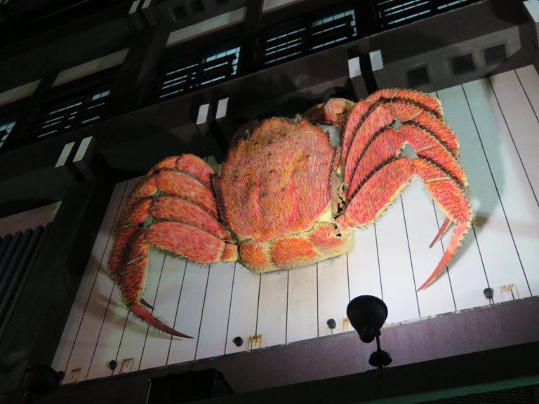 北海道自由行-北海道旅遊-北海道旅遊景點-蟹本家店外大牆非常搶眼的毛蟹