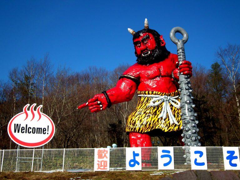 北海道自由行-北海道旅遊-北海道旅遊景點-看到紅色的鬼怪歡迎我們,就代表我們要到登別了