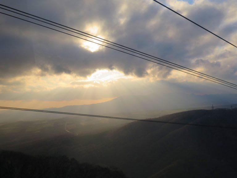 北海道自由行-北海道旅遊-北海道旅遊景點-坐纜車途中可俯瞰登別的風光明媚,我們還看到耶穌光